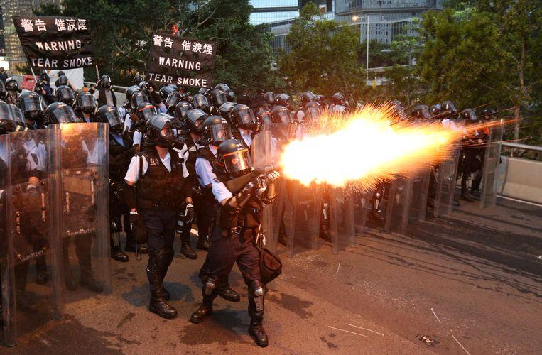 Politie vuurt traangas af richting betogers in Hongkong. Beeld REUTERS / Athit Perawongmetha