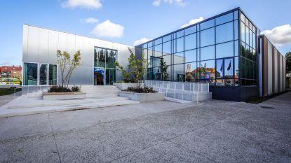 """Knokke-Heist opent vernieuwde sporthal na renovatie van 1,7 miljoen euro: """"Nodig, want jaarlijks ontvangen we 137.000 sporters"""""""