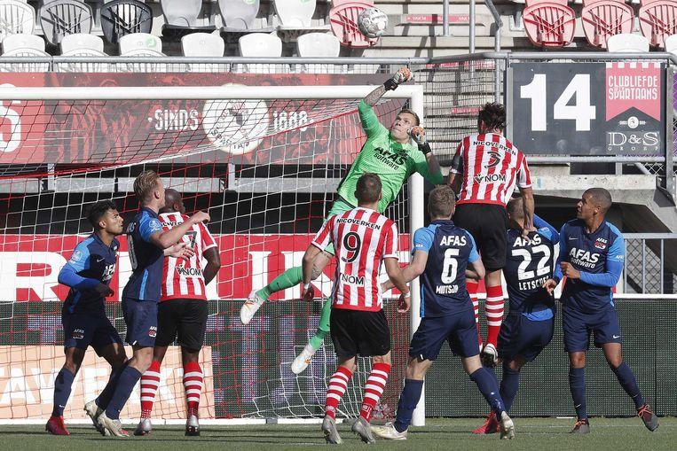 Een redding van AZ-keeper Marco Bizot tijdens Sparta-AZ. Beeld ANP