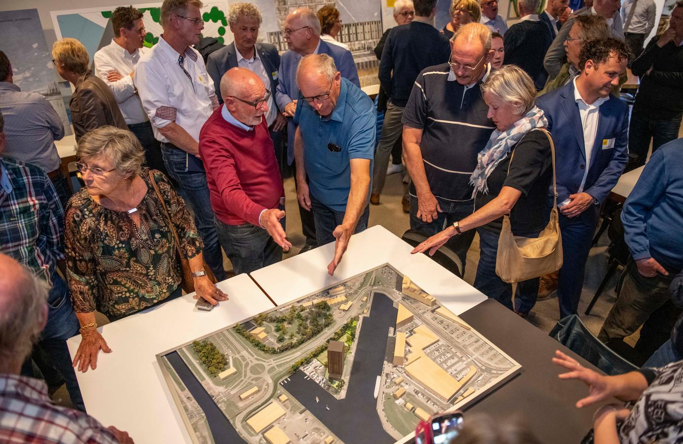 Omwonenden eerder dit jaar op een informatiebijeenkomst over de nieuwbouw aan de Beurtvaartkade in Terneuzen.