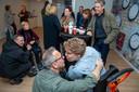 Een intiem moment tussen vader Cees-Jan van Gendt en zijn zoon Joep.
