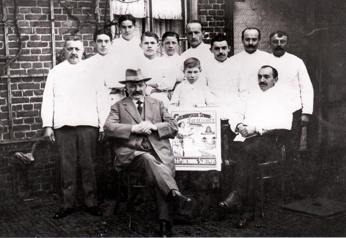 Harry Peijnenburg met medewerkers. Uiterst rechts zoon Johan, de latere oprichter van de koekfabriek (begin twintigste eeuw).