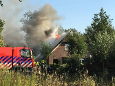 Flinke brand in twee-onder-een-kap-boerderij Sint-Oedenrode: vuur overgeslagen