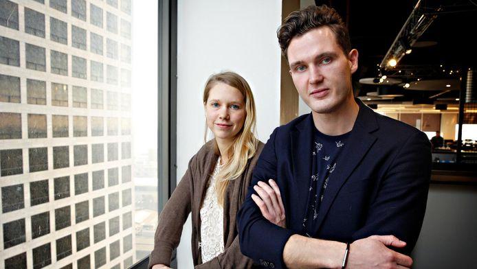 Carlijn Bettink en Roel van der Kamp dragen de Invi Bracelet, die een walgelijke geur kan verspreiden.