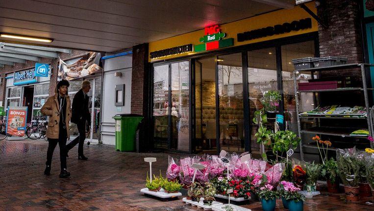 Bij Surinaams eethuis P&G Roti aan het Bijlmerplein werd opnieuw een handgranaat achtergelaten. Beeld Rink Hof