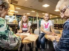 Nagels lakken, koekjes bakken: vriendinnen Jette en Nina uit Vriezenveen helpen ouderen