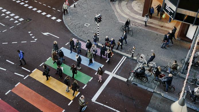 Een regenboogzeebrapad in Utrecht.