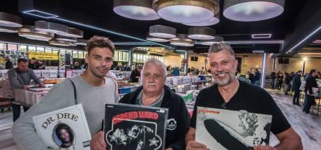 Op zoek naar dat ene pareltje op platenbeurs in Enschede: 'Vinyl is na al die jaren hip geworden'