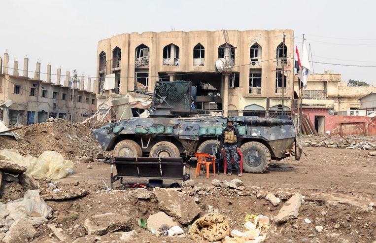 Iraakse politie-eenheden nemen posities in in het op IS heroverde district Dasawa ten westen van Mosul. Beeld EPA