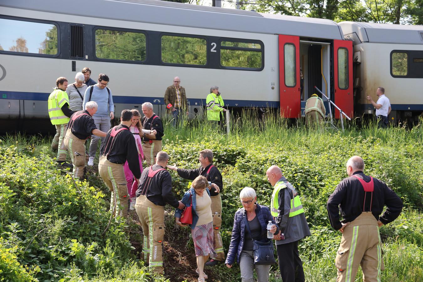 De NMBS legde bussen in voor de gestrande reizigers.