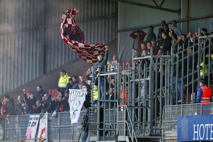 MVV-supporters tijdens de vorige wedstrijd in Helmond. De rood-wit geblokte vlag, met daarop een varkenskop, werd als provocerend beschouwend en had niet het vak op gemogen.