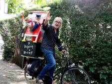 Schrijver Kees de Boer gaat met fiets vol boeken naar schoolpleinen: 'Het is een belangrijke week'