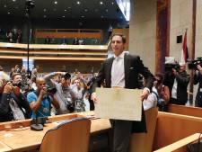 LIVE | Minister Hoekstra overhandigt koffertje aan Kamer