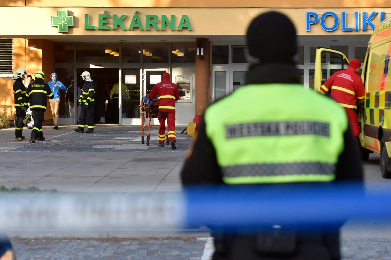 Politie en hulpverleners bij het ziekenhuis.
