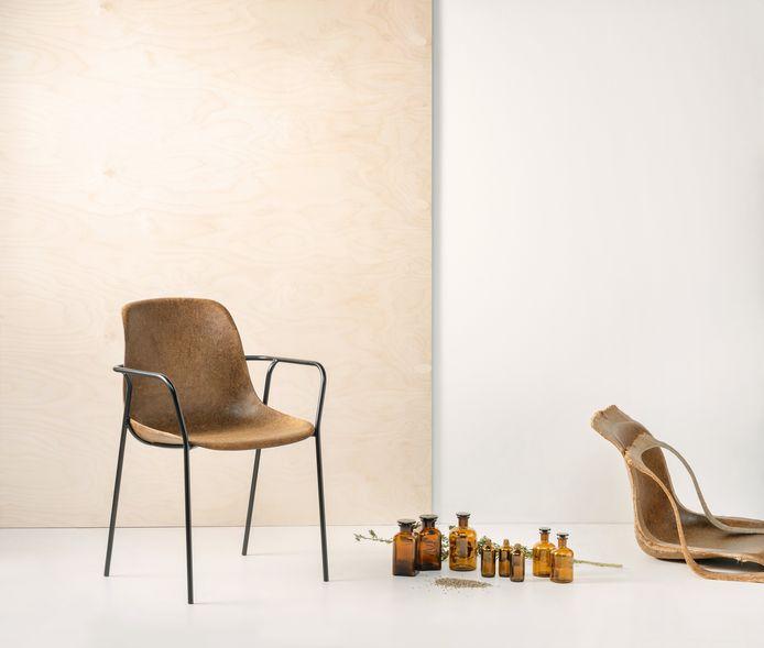 De stoelen doen denken aan schoolstoelen, maar volgens de fabrikant zijn ze ook geschikt voor rond de eettafel.
