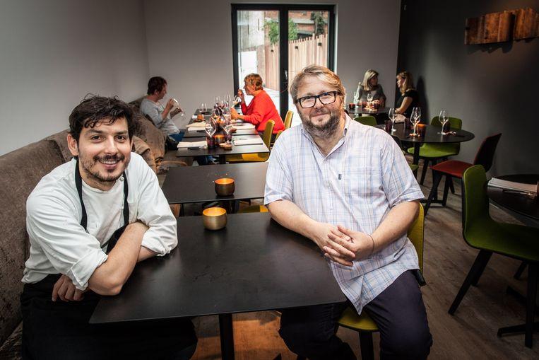 Marcelo Ballardin en partner Dominik D'Hooge in hun restaurant.