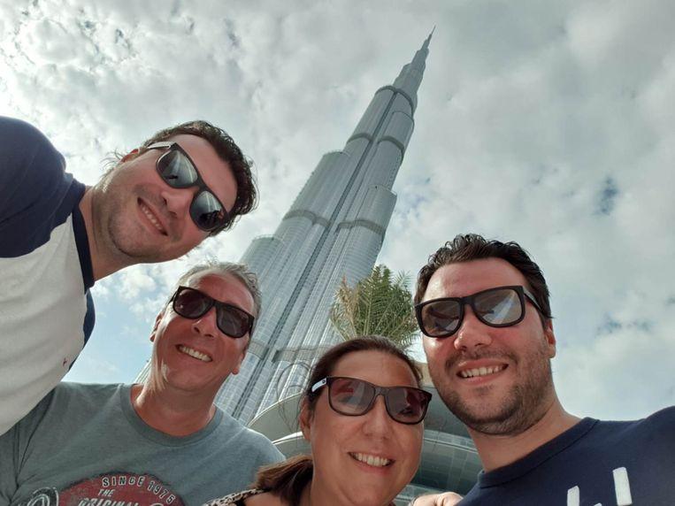 Annette Peeters uit Den Haag met zoons en man in Dubai.