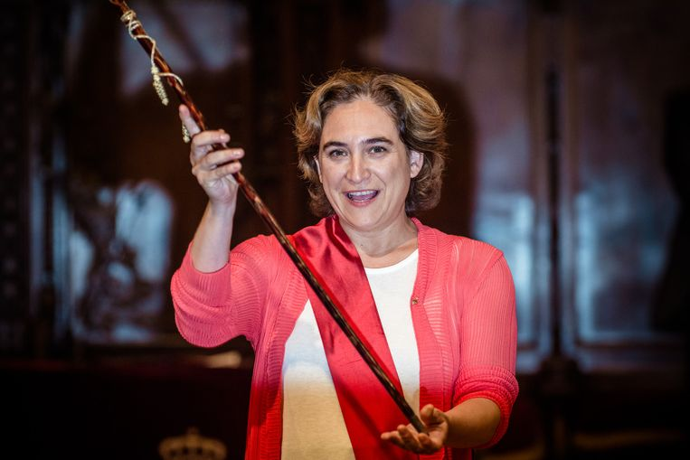De inhuldiging met ambtsketen en staf van Colau in Barcelona. Beeld