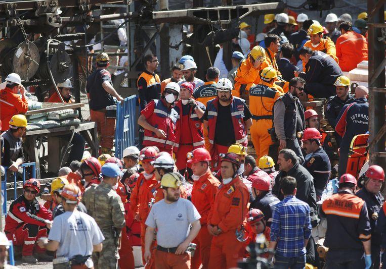 Ook mijnwerkers verdringen zich aan de ingang.