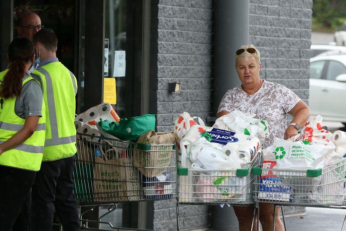Volle winkelkarren aan een supermarkt in Brisbane.