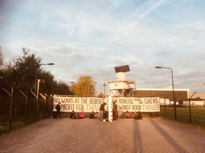 Activisten voor de toegangspoort van Thales in Hengelo.