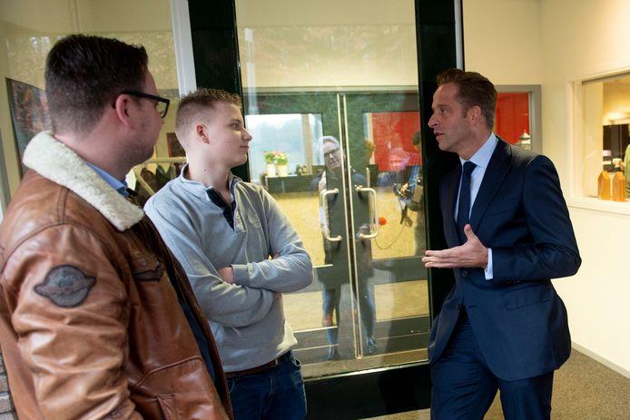 Minister Hugo de Jonge op bezoek bij de Hoenderloo Groep, eerder dit jaar. Jan Knetsh maakte,  met ader Hans naast hem, van de gelegenheid gebruik de minister aan te spreken.