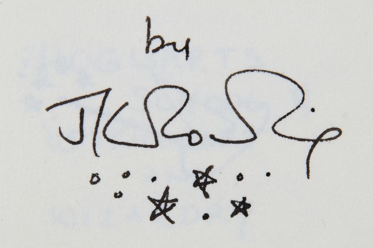 Het duimgrote boekje is ondertekend door schrijfster JK Rowling.