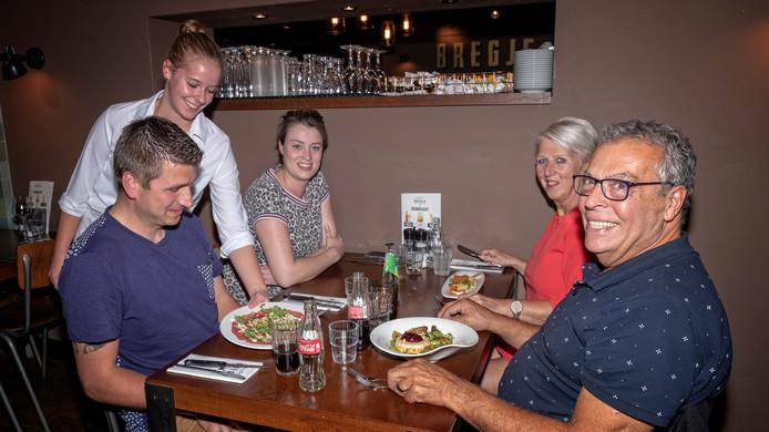 Haastrechters Jeroen Steenkamer (l), Linda Borsboom, Wil le Clercq en Jan le Clercq zijn aangeschoven voor de dis in Proeflokaal Bregje in Haastrecht.