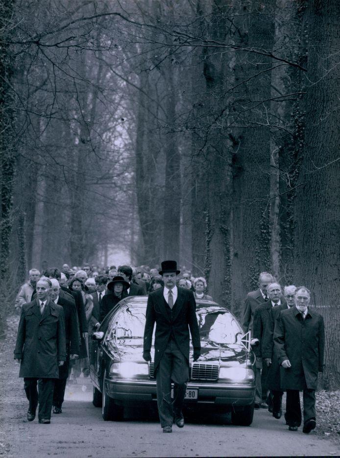 Vrijdag 28 februari 1992: Willem Constantijn graaf van Rechteren Limpurg wordt naar zijn laatste rustplaats in de Gravenallee gebracht. Morgen wordt het verkeer op de singel in Almelo opnieuw stilgelegd, nu voor de uitvaart van zijn zoon graaf Adolph,