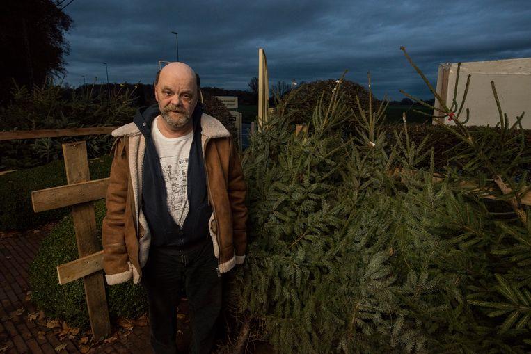 Bewoners van De Lovie, waaronder bewoner Patrick Vandommele, verzorgen en rooien samen met begeleiders hun eigen  kerstbomen.