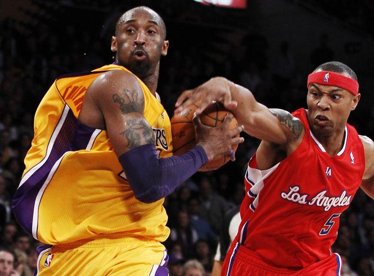 Kobe Bryant (links) van LA Lakers in duel met Caron Butler van LA Clippers. Beeld ap
