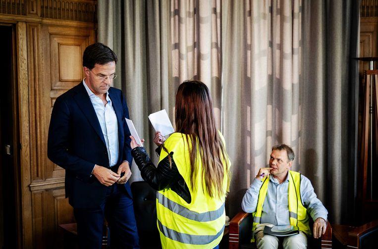 Premier Mark Rutte ontvangt een delegatie van de protestbeweging gele hesjesin zijn werkkamer. Beeld null