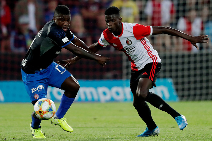 Nigel Hasselbaink (l) in duel met Edgar Ie