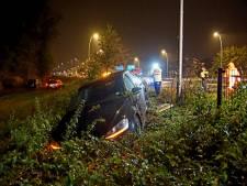 Auto raakt van Midden-Brabantweg en ramt hekwerk in Kaatsheuvel