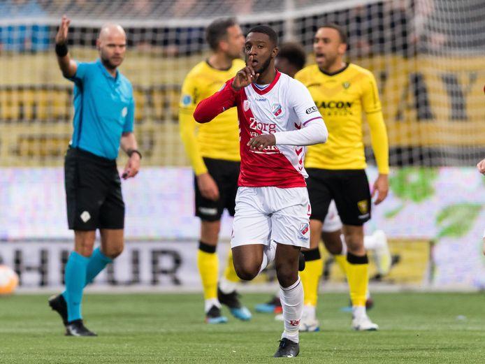 Riechedly Bazoer, nog als speler van FC Utrecht. Hij viert als huurling een goal tegen VVV Venlo.