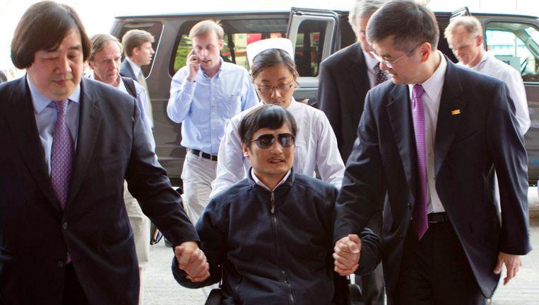 Chen wordt onder begeleiding naar een ziekenhuis overgebracht. Beeld REUTERS