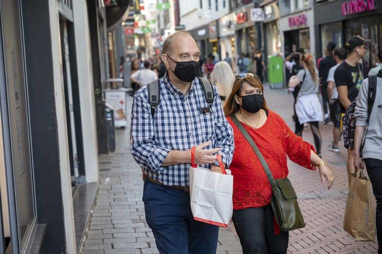 Mondkapjes zijn vanaf woensdag onder meer verplicht in de Kalverstraat.  Beeld ANP