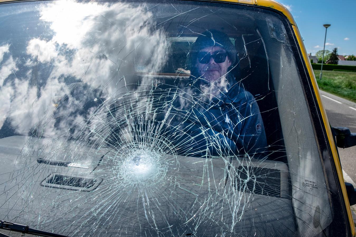 Fake Mulder en zijn beschadigde auto.