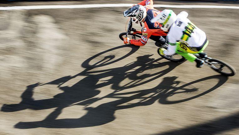 Niek Kimmann passeert zondag Dean Anthony bovenlangs in de halve finale van de wereldbekerwedstrijd op Papendal. Beeld Jiri Buller