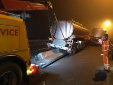 Vrachtwagen botst op wegversmalling A77 bij Gennep