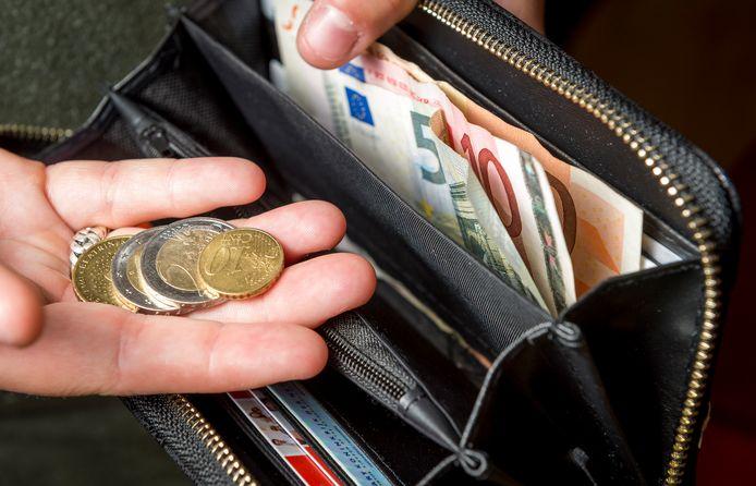 De gemeente Arnhem wordt veel gebeld nu ze bekend heeft gemaakt dat ze inwoners met schulden bij de afdeling werk en inkomen onder bepaalde voorwaarden met een schone lei verder wil laten gaan.