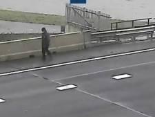 Rijkswaterstaat plukt wandelaar van Galecopperbrug