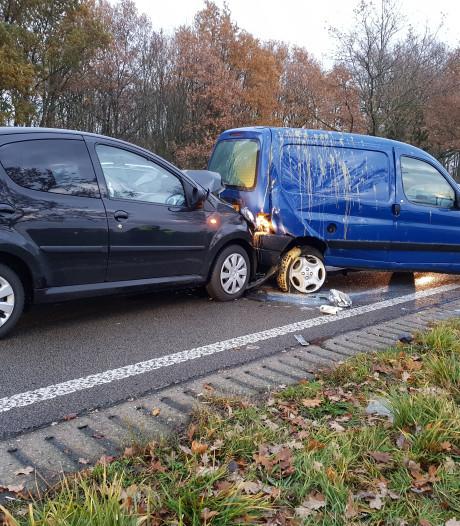 Auto's botsen in Wijchen, 'kind en bestuurder gewond'