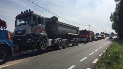 Eén lichtgewonde bij kop-staartaanrijding tussen drie vrachtwagens