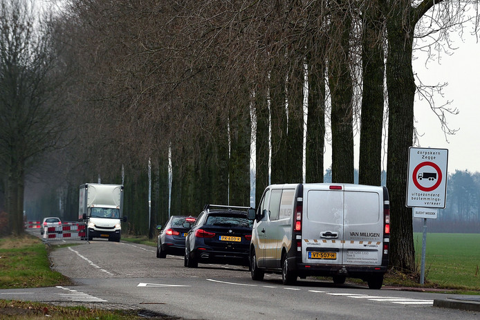 Sluipverkeer rijdt door de Lage Zegstraat (gezien vanaf de Nelson Mandelaweg). Er komt een zogeheten landbouwsluis waardoor vrachtwagens er niet meer doorheen kunnen.