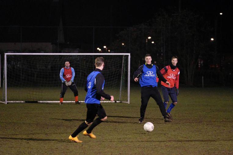 Spelers van Kalfort Daghet werken zich in het zweet op training.