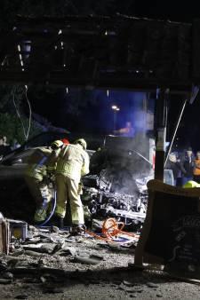 Auto maakt enorme schuiver bij café, twee inzittenden gewond