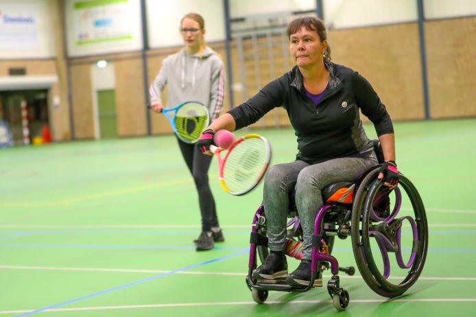 Sporten  in rolstoel of lichamelijke beperking, Marjan van Deursen in rolstoel met studente Sharon Verbeek