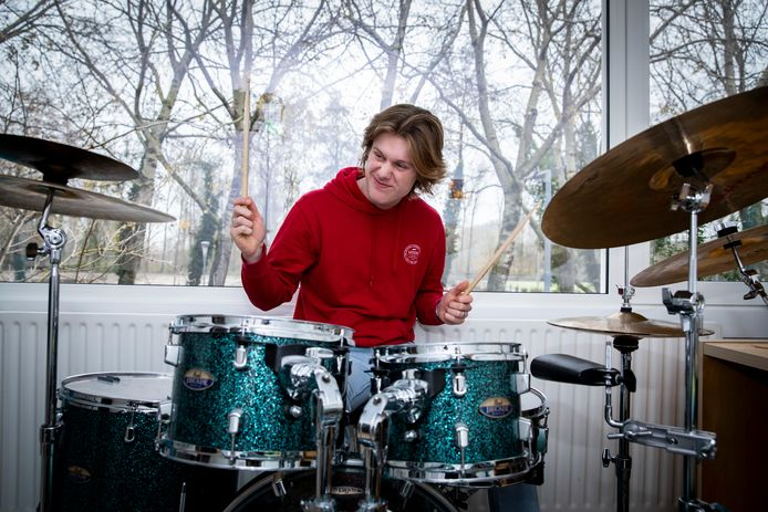 """Ilja Metsaars (17) in zijn kamer: ,,Eerst lieten mijn ouders mij op pannen met pollepels rammen. Op mijn zesde ben ik op drumles gegaan."""""""