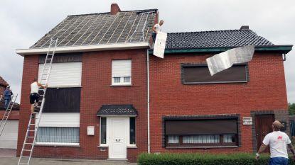 Weggewaaid dak belandt twee huizen verderop